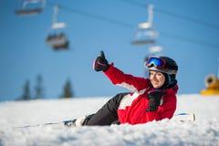 Skieur de femme avec le ski à la station de vacances de winer dans le jour ensoleillé Photo libre de droits