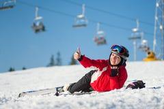 Skieur de femme avec le ski à la station de vacances de winer dans le jour ensoleillé Image stock