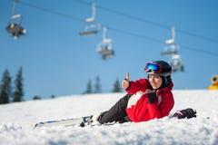 Skieur de femme avec le ski à la station de vacances de winer dans le jour ensoleillé Photo stock