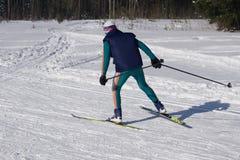 Skieur de jeune homme courant en bas de la pente en montagnes alpines Sport d'hiver et récréation, activités en plein air de lois photos libres de droits