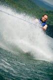 Skieur de tour derrière le jet d'eau image stock