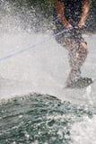 Skieur de tour derrière le jet d'eau photo stock
