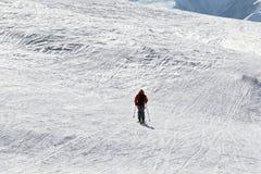 Skieur en descendant sur la pente hors-piste de neige Images stock