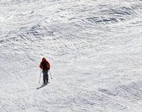Skieur en descendant sur la pente hors-piste neigeuse Photos stock