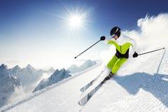Skieur en montagnes, piste préparé et jour ensoleillé image libre de droits