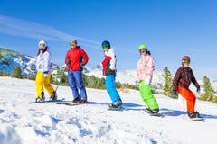 Skieur et surfeurs se tenant dans une rangée Images stock