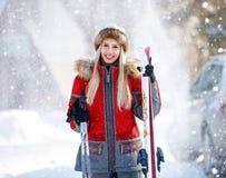 Skieur féminin avec des skis sur la montagne Images libres de droits