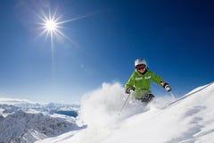 Skieur féminin heureux avec le Mountain View Photos stock