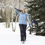 Skieur féminin sur la pente. Image stock