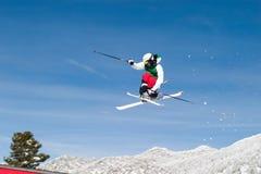 Skieur haut dans le ciel image stock