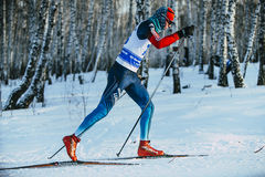 Skieur masculin d'athlète de plan rapproché pendant le style de classique de forêt de course Photo stock