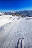 Skieur prêt à aller skier sur le dessus de la station de sports d'hiver de Fellhorn, Allemagne Photographie stock