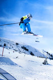 Skieur sautant contre le ciel bleu images stock