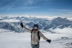 Skieur se tenant sur une pente Photographie stock
