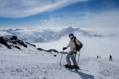 Skieur se tenant sur une pente Photographie stock libre de droits