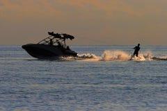 Skieur/ski de l'eau de coucher du soleil Photographie stock