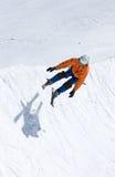 Skieur sur demi de pipe de station de sports d'hiver de Pradollano en Espagne photographie stock