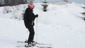 Skieur sur des pr?cipitations de vitesse d'une montagne couverte de neige sur une station de vacances ukrainienne clips vidéos