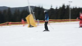 Skieur sur des pr?cipitations de vitesse d'une montagne couverte de neige sur une station de vacances ukrainienne banque de vidéos