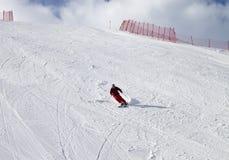 Skieur sur la pente de ski au jour du soleil Photographie stock