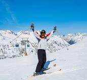 Skieur sur le fond de hauts Alpes couronnés de neige dans le jour du soleil image stock