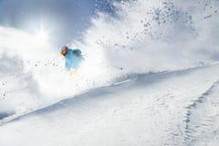 Skieur sur le pise en hautes montagnes Photographie stock