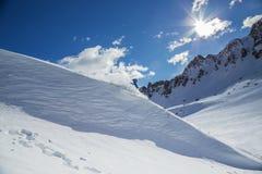 Skieur sur le pise en hautes montagnes Photographie stock libre de droits