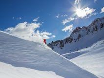 Skieur sur le pise en hautes montagnes Images libres de droits