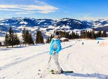 Skieur sur les pentes de la station de sports d'hiver Hopfgarten, Tyrol photo stock