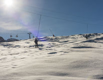 Skieur sur un remonte-pente dans la station de sports d'hiver alpine Photos libres de droits