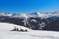 Skieurs à la station de sports d'hiver de montagnes mauvais Gastein Autriche Image libre de droits