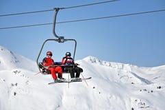 Skieurs allant de pair avec un remonte-pente Images stock