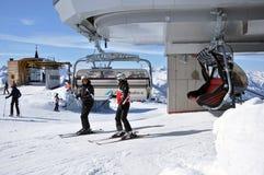 Skieurs allant de pair avec un remonte-pente Image stock