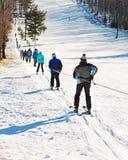 Skieurs allant vers le haut sur le remonte-pente photographie stock libre de droits