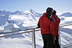 Skieurs appréciant le panorama de l'hiver, Autriche Image libre de droits