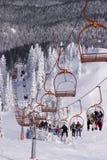 Skieurs conduisant le téléski Image libre de droits