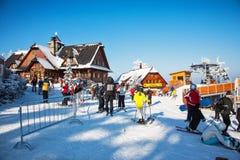 Skieurs dans des vestes lumineuses Images stock