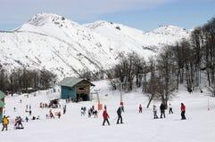 Skieurs dans la neige Photos libres de droits