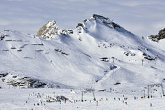 Skieurs dans la station de sports d'hiver de Kitzsteinhorn, Alpes autrichiens Photos stock
