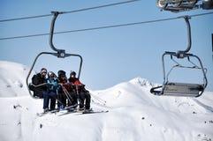 Skieurs dans le remonte-pente Photographie stock libre de droits