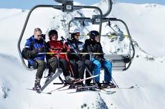 Skieurs dans le remonte-pente Photo stock