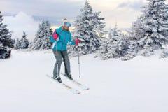 Skieurs de fille sur la pente à la station de sports d'hiver dans la montagne Photo stock