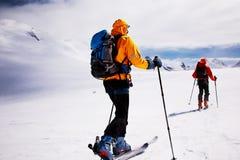 Skieurs de tourisme alpestres Photographie stock libre de droits