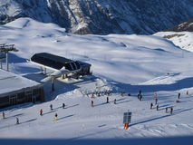 Skieurs et Snowboarders de l'hiver dans Zermatt Photographie stock