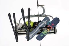 Skieurs et surfeurs s'asseyant sur le télésiège Photo libre de droits