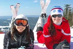 skieurs heureux deux jeunes Photo libre de droits