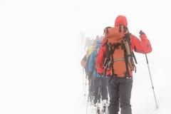 Skieurs perdus dans le brouillard Photos stock