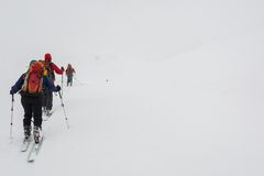 Skieurs perdus dans le brouillard Image stock