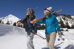 Skieurs portant des skis sur le paysage de Milou Images stock