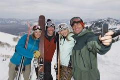 Skieurs prenant l'autoportrait Photo libre de droits
